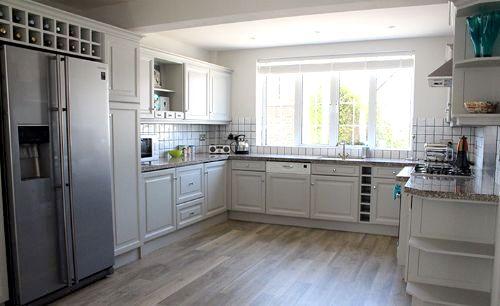 Kitchen with American-style fridge/ freezer, dishwasher, etc