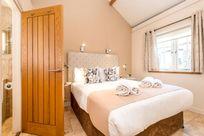 Avocet master bedroom with en-suite shower room