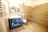 The en-suite wet room with walk-in rain shower