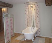 Bath in Peony bedroom