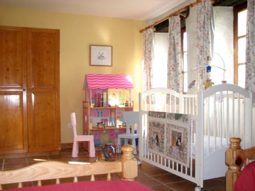 cottage twin bedroom, baby equipment provided