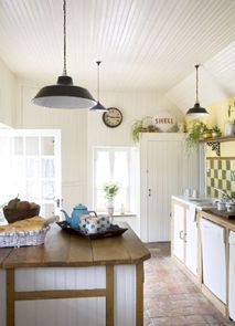 The fully-equipped country kitchen