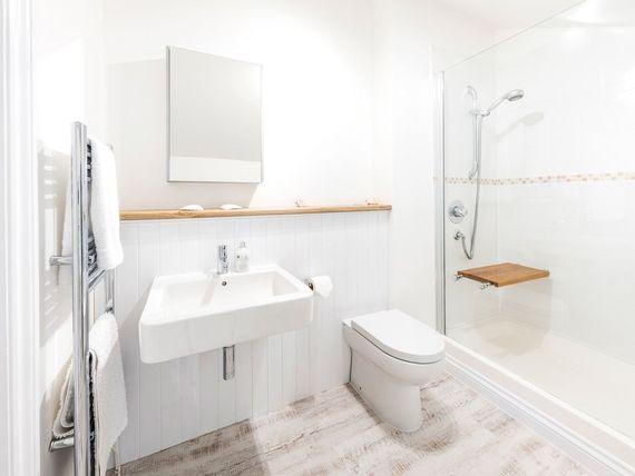 En suite bathroom to king size room