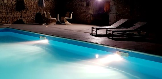 The pool is lit up at night - so romantic !