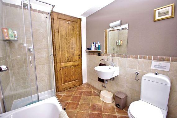 One of the three bathrooms in Maggiore
