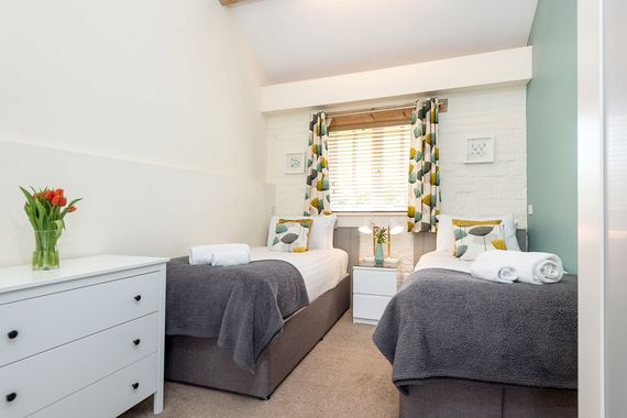 Tern cottage bedroom 2 - twin