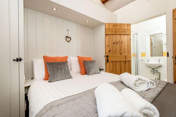 Woodpecker bedroom 1 & en-suite shower room
