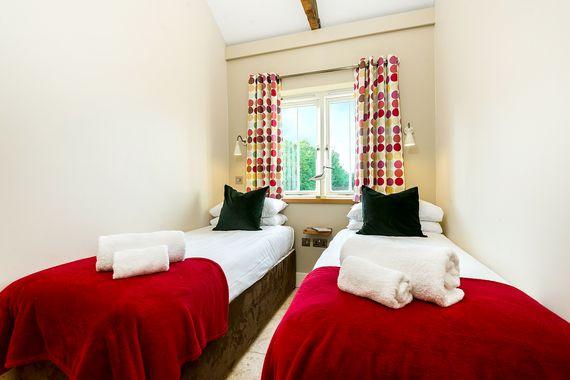 Avocet twin room - 5 ft zip and link beds