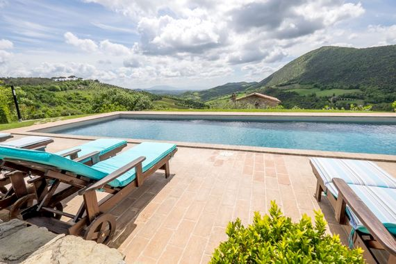 Swimming pool with views to enjoy all day long