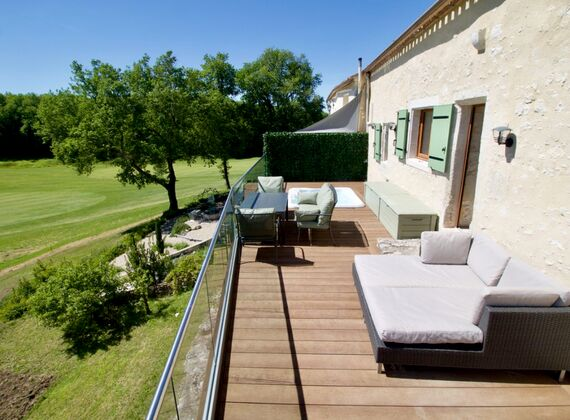 Relax on the large terraces on the Day Sofas. Modern retractable blinds on both balconies.
