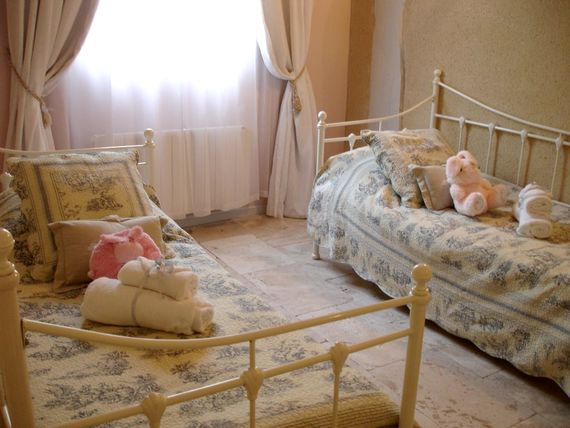 Lartigue children's twin bedroom with room for cot