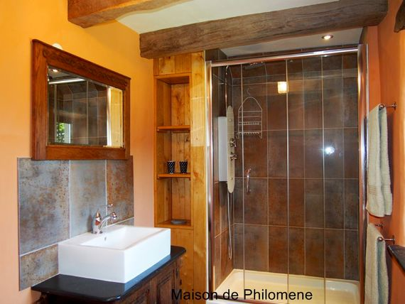 Chambre Sauterelle's en-suite with double hydro massage shower.