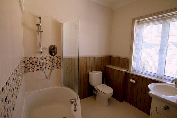 Family bathroom serving berdoom 2