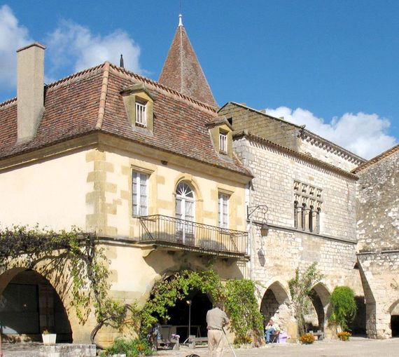 Beautiful Monpazier closeby to Chateau Biron, lovely shopping and restaurants on the square, a morning market on a Thursday - Simply Magical