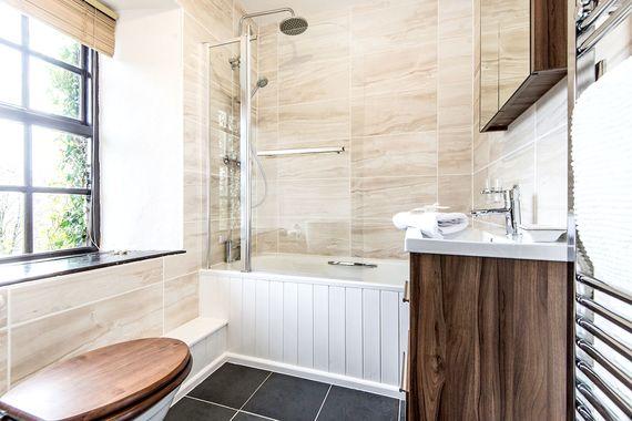 Farmhouse main bedroom ensuite bathroom