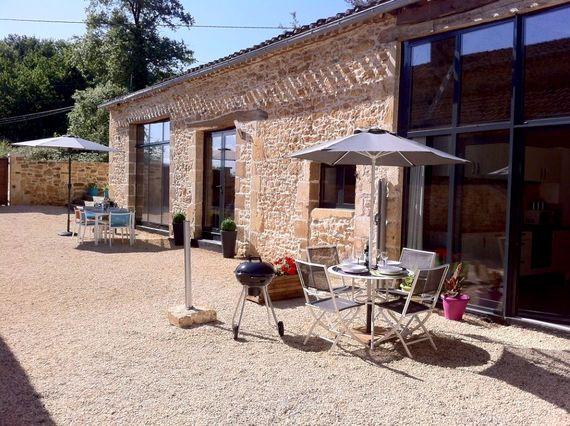 Courtyard dining outside La Grange & La Petite Grange