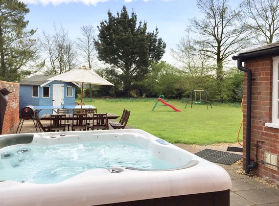 Farmhouse spa hot tub in its own private garden